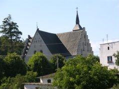 Widok na zabytkowy kościół z ulicy Lipowej